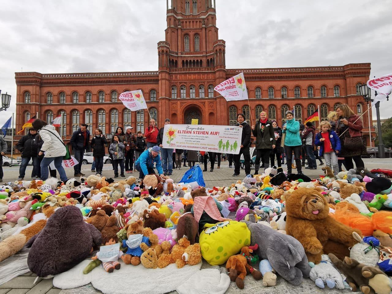 Eltern stehen auf Kuscheltieraktion vor dem Roten Rathaus
