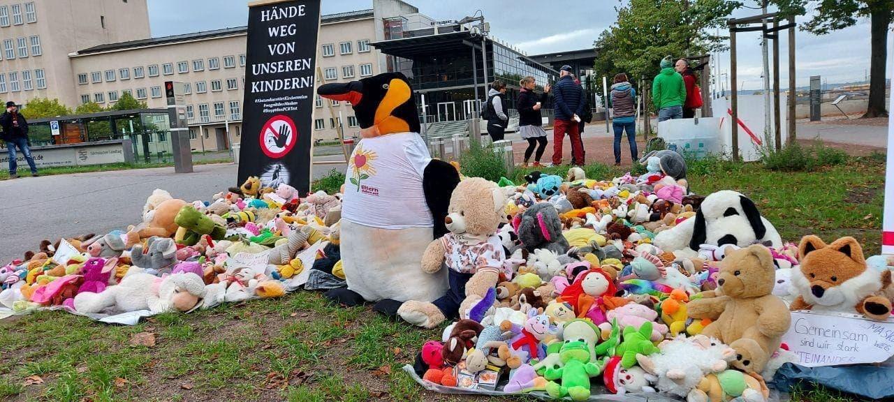 Eltern stehen auf Kuscheltiere Aktion Dresden